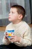 Мальчик дома на ковре Стоковая Фотография RF