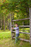 Мальчик и зрелая рябина в саде Стоковые Изображения