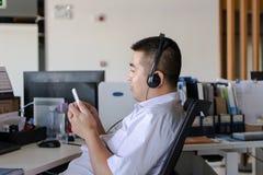 Мальчик офиса используя мобильный телефон Стоковые Фотографии RF