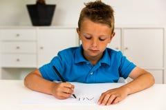 Мальчик писать алфавит ABC Стоковые Фото