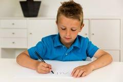 Мальчик писать алфавит ABC стоковые изображения rf