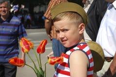 Мальчик поздравляет ветеранов на день победы и хочет дать подачу Стоковые Изображения