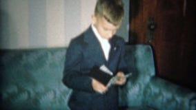1951: Мальчик показывает деньги от первого бумажника в официально платье костюма НЬЮАРК, НЬЮ-ДЖЕРСИ видеоматериал