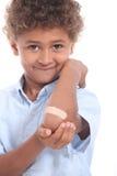 Мальчик показывая гипсолит Стоковая Фотография RF