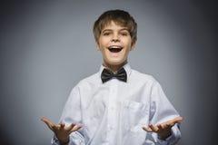 Мальчик портрета крупного плана успешный счастливый изолировал серую предпосылку Положительное человеческое выражение стороны эмо Стоковые Изображения