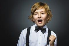 Мальчик портрета крупного плана успешный счастливый изолировал серую предпосылку положительная человеческая эмоция Стоковая Фотография