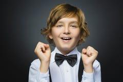Мальчик портрета крупного плана успешный счастливый изолировал серую предпосылку положительная человеческая эмоция Стоковые Фотографии RF