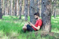 Мальчик под деревом стоковое фото rf