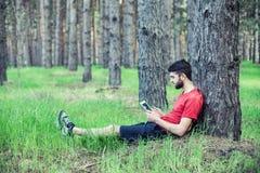 Мальчик под деревом стоковое изображение rf