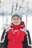 Мальчик подростка в парке зимы Стоковые Изображения