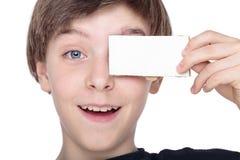 мальчик подростка держа белую часть карточки Стоковая Фотография