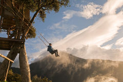 Мальчик подростка принимает езду на самом одичалом качании в мире Стоковые Изображения RF