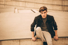 Мальчик подростка сидя на лестницах ретро Стоковые Изображения RF