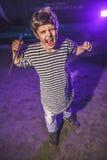 Мальчик подростковый с угрозой ножа угрожающе размахивая priso нападений ночи Стоковые Фотографии RF