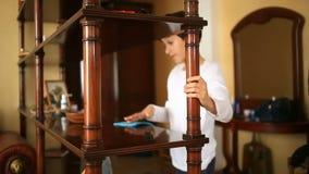Мальчик-подросток неохотно обтирает удалять - - полка Чистка комнаты ` s детей Запутанность в комнате для акции видеоматериалы