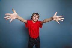 Мальчик, подросток, 12 старых лет, нося красный цвет Стоковая Фотография