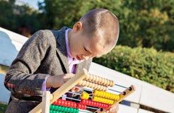 Мальчик подсчитывая абакус Стоковая Фотография