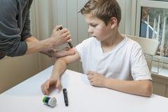 Мальчик получая инсулин Стоковое Изображение