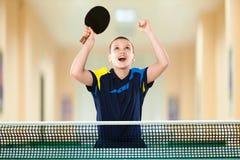 Мальчик празднуя безупречную победу в настольном теннисе Стоковое Изображение RF
