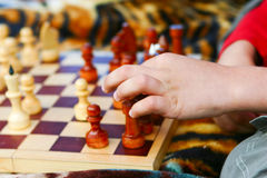 Мальчик принимает грачонка шахмат Стоковые Фото