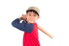 Мальчик принимая бейсбольную биту на белой предпосылке Стоковые Изображения