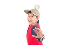 Мальчик принимая бейсбольную биту на белой предпосылке Стоковое Фото