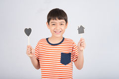 Мальчик принимая дом и сердце доски знака Стоковые Изображения RF