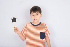 Мальчик принимая дом и сердце доски знака Стоковые Фотографии RF