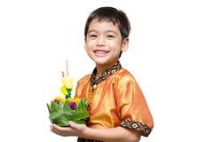 Мальчик принимая krothing в плавать Loy Kratong Стоковое фото RF