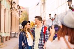 Мальчик при конец и девушка стойки женщины снимая их Стоковое Изображение