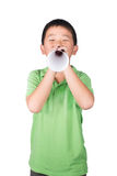 Мальчик при поддельный мегафон сделанный при изолированная белая бумага на белой предпосылке, права ребенка Стоковое фото RF