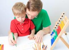 Мальчик при учитель уча математику, предыдущее образование Стоковые Фото