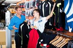 Мальчик при человек выбирая куртки спорта для задействовать Стоковое Изображение RF