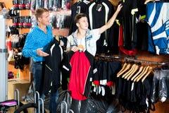 Мальчик при человек выбирая куртки спорта для задействовать Стоковые Изображения RF