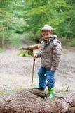 Мальчик при wellies plaing в древесине Стоковое фото RF