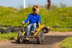 Мальчик проводя маневр педаль идет тележка Стоковые Фотографии RF