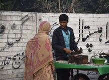 Мальчик продавая рыб стоковые фотографии rf