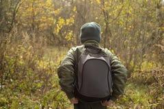 Мальчик-путешественник с рюкзаком Стоковые Изображения RF