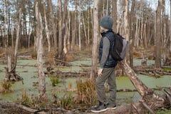 Мальчик-путешественник с рюкзаком Стоковая Фотография RF