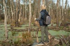 Мальчик-путешественник с рюкзаком Стоковые Фото