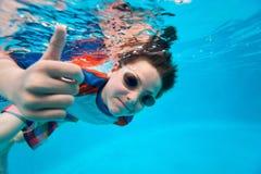 Мальчик плавая под водой стоковое фото rf