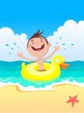 мальчик пляжа лежит вода усмешек Стоковые Фото