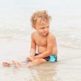 мальчик пляжа немногая играя стоковая фотография rf