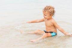 мальчик пляжа немногая играя стоковые изображения rf