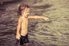 мальчик пляжа немногая играя Стоковые Изображения