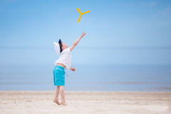 мальчик пляжа счастливый немногая играть тропический Стоковые Изображения RF