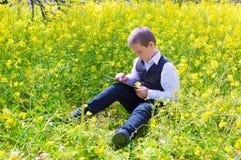 Мальчик работая на таблетке Стоковые Изображения