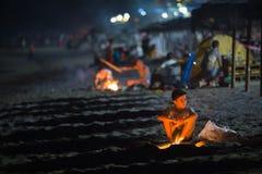 Мальчик разжигает огонь во время праздника Sant Джоан внутри стоковая фотография rf