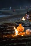 Мальчик разжигает огонь во время праздника Sant Джоан в Mijas, Испании стоковые фотографии rf