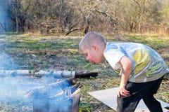 Мальчик разжигает стоковое фото rf